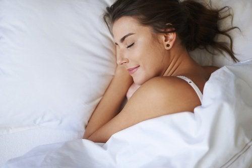 Tips til at sove om sommeren: Sov i det rigtige tøj