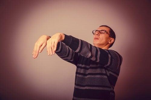 Mand der staar med lukkede oejne
