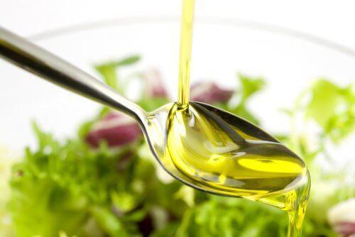 Olivenolie er en af de anti-inflammatoriske madvarer.