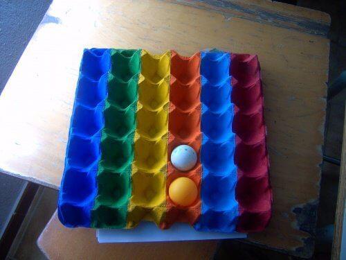 Farverige æggebakker