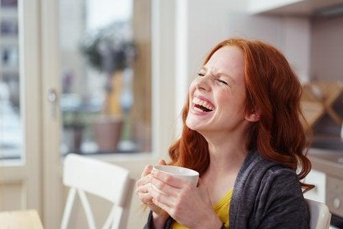 Glad kvinde vil overvinde stress ved at drikke kaffe