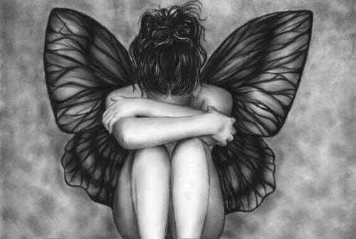 Kvinde med vinger graeder