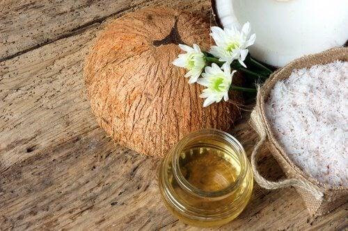 Kokosolie udgør en god base for enver hjemmelavet fugtighedscreme.