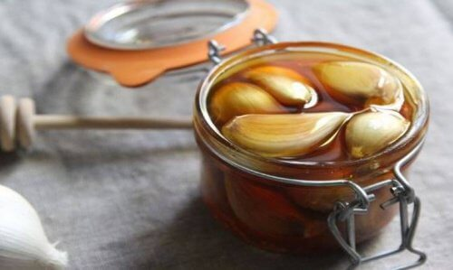 Glas med hvidloeg og honning