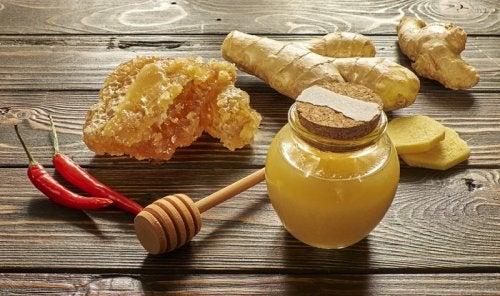 Honning og ingefær er et af de mere lækre slimløsende midler.
