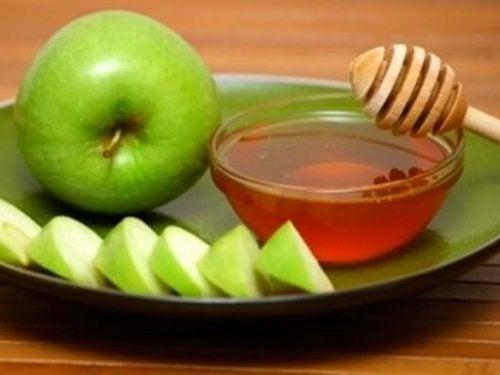 Æble og honning er begge slimløsende midler.