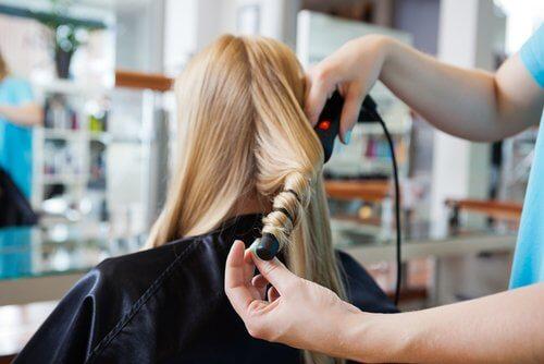 Kvinde faar kroellet haar