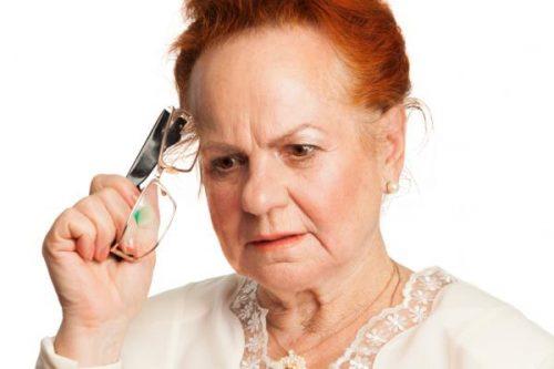 Aeldre kvinde med briller