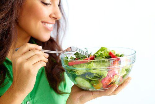 Hvis du spiser lette aftensmåltider er det nemmere at sove når det er varmt.