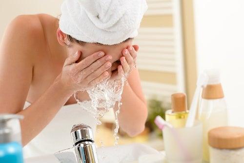 Kvinde der vasker ansigtet - naturlig persillesaebe