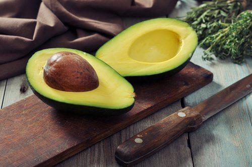 Avocado paa et skaerebraet - forebyg graa haar