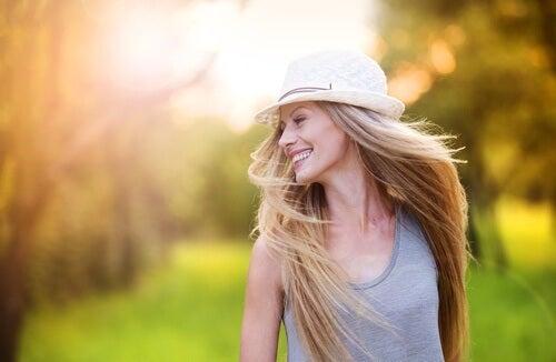 Kvinde der er glad udenfor