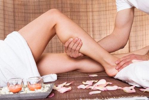 Kvinde der faar ben massage