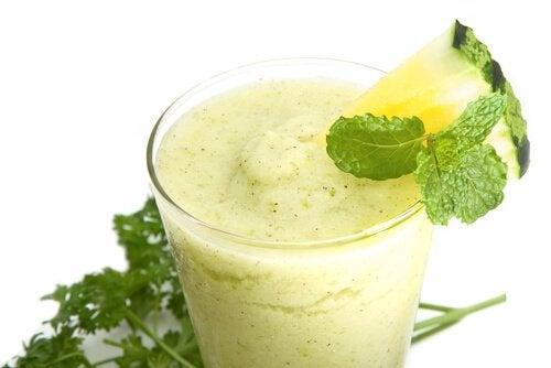 Prøv denne grønne detox smoothies med ananas.