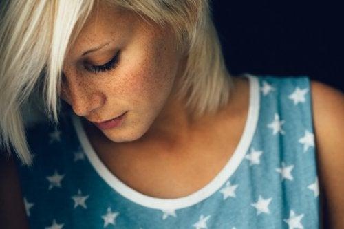 Blond kvinde der kigger nedad