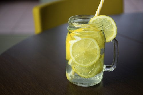 Glas med citronvand