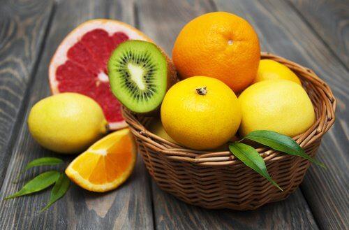 Kurv med forskellige frugter