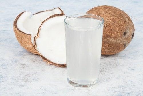 Kokosvand er et eksempel på drikkevarer til at forbrænde fedt