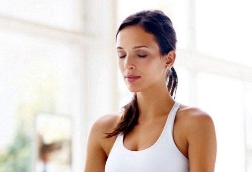 Kvinde der laver vejrtrækningsteknikker mod stress