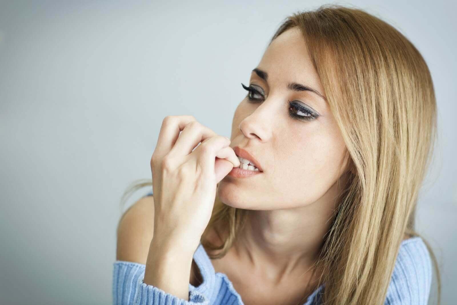 Kvinder bider negle paa grund af angst