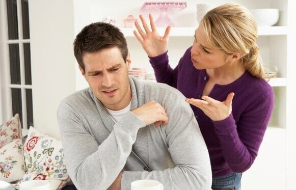 Kvinde råber af mand som symbol for verbalt misbrug