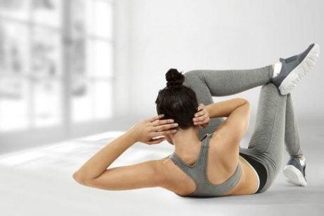 Kvinde der traener mave - slanke din mave