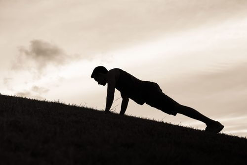 En mand, der træner planken.
