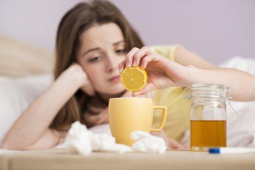Kvinde der drikker te med appelsin