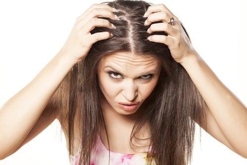 Kvinde der taber haaret af stress