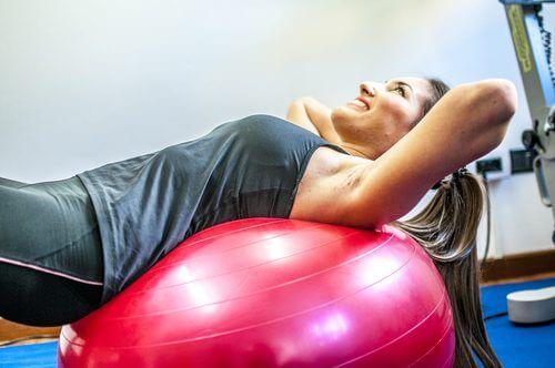Kvinde der bruger traeningsbold