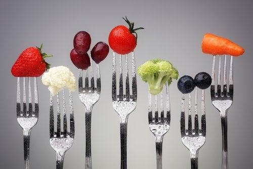 En raekke sunde madvarer paa gafler.