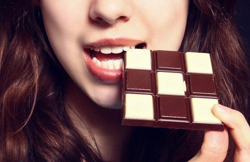 Kvinde spiser chokolade.