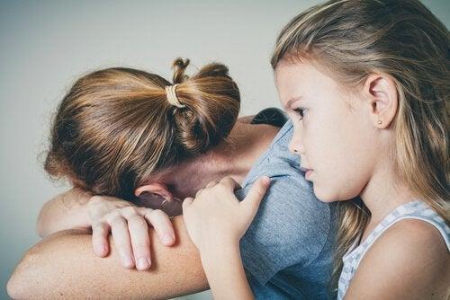 Pige der trøster sin mor