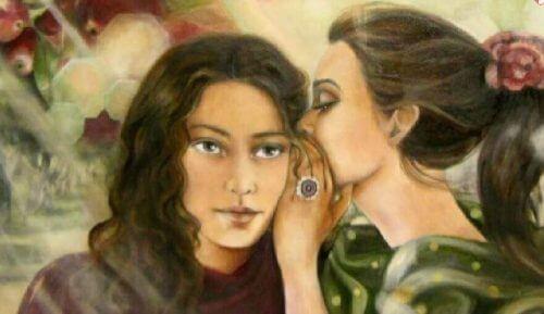 Kvinde hvisker til anden kvinde
