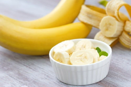 Skål med bananskiver.