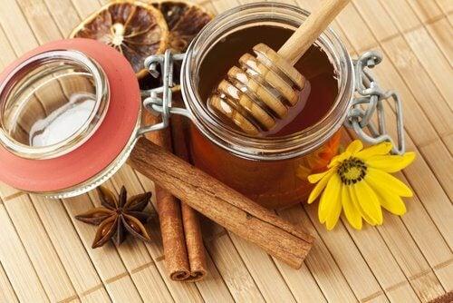 Honning, kanel og nelliker
