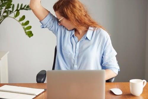 Kvinde der lugter sig selv under armen
