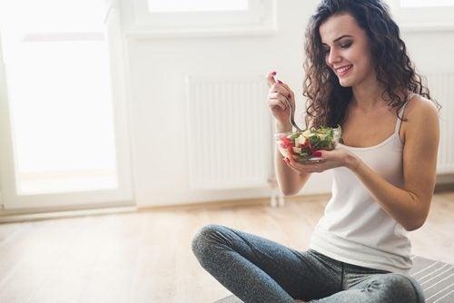 Slank kvinde spiser salat