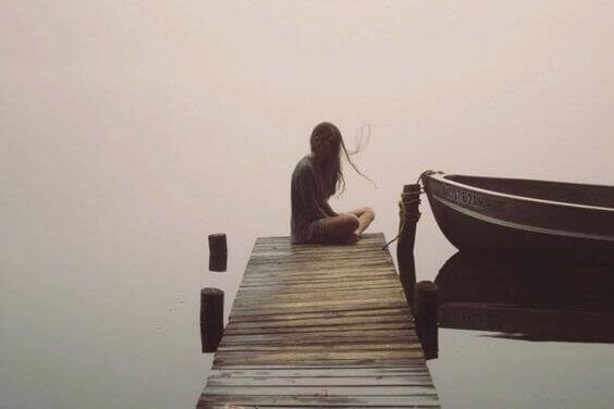 Kvinde på bådbro