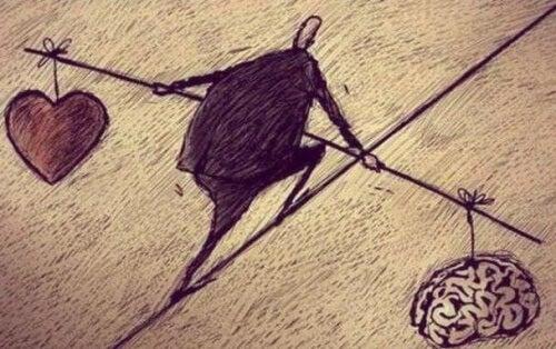 Mand balancerer hjerte og hjerne i en diskussion