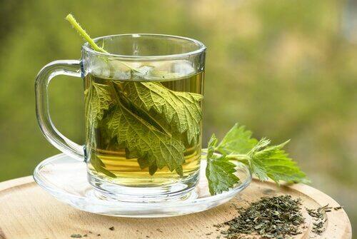 Braendenaelde og citron te