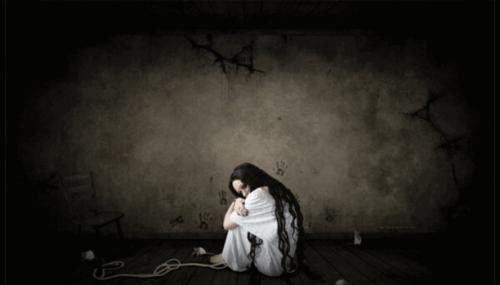 Kvinde omfavner sig selv på grund af frygt