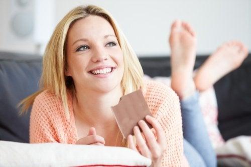 Kvinde der spiser chokolade