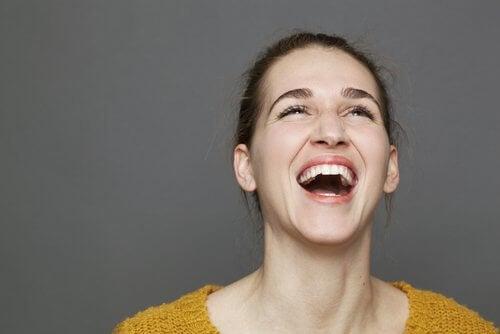 Kvinde udtrykker sin glaede