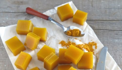 Gelatine firkanter med gurkemeje.