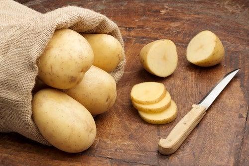 Fjern mørke pletter med kartofler