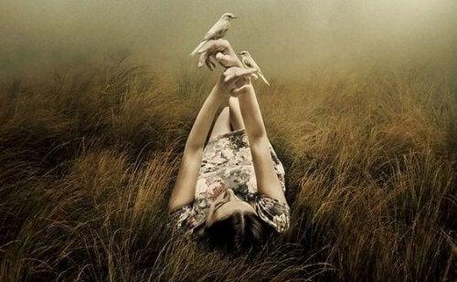 Kvinde paa mark holder fugle