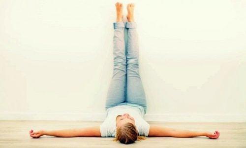 Kvinde ligger på gulvet