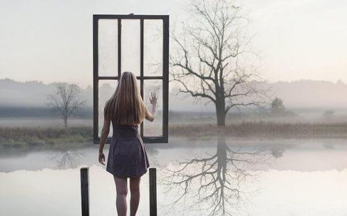 Kvinde ved soe foran vindue