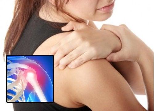 Kvinder har smerter i skulderen
